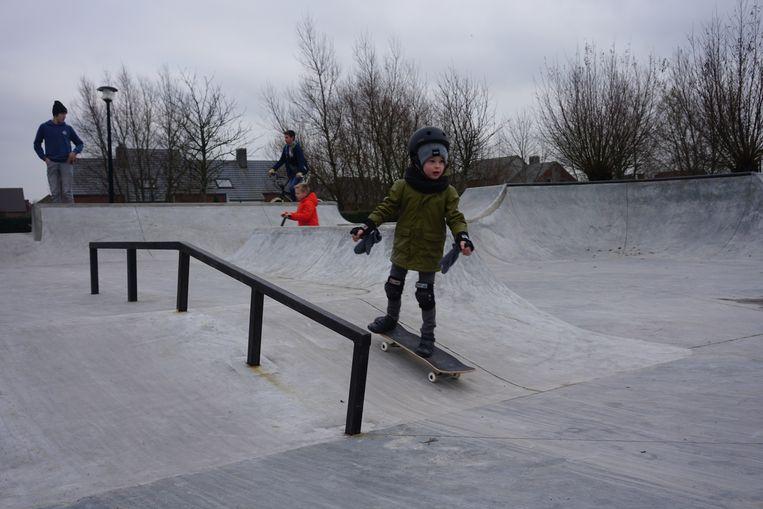 BREDENE - In de Lijsterstraat werd een nieuw skatepark geopend. De kleine Lander test het park alvast grondig uit.