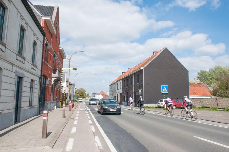 """De omgeving van de Freinetschool """"De Vier Tuinen"""" in Nederename: niet meteen een toonbeeld van verkeersveiligheid."""