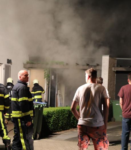 Brand in garage bij huis in Loon op Zand, bewoners gewaarschuwd door rookmelder