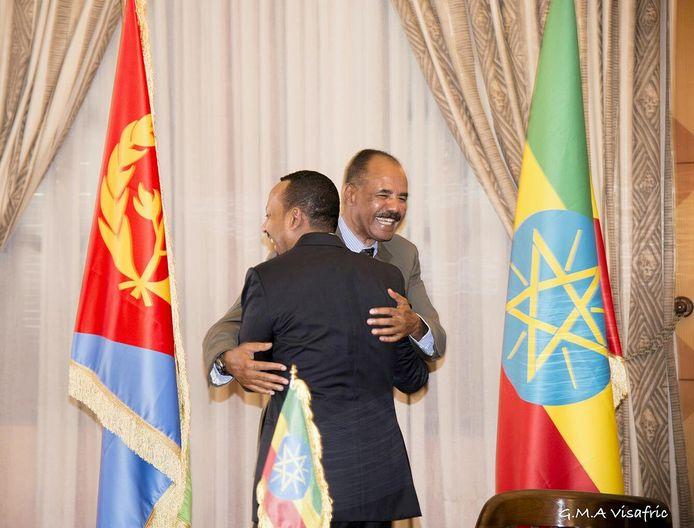 Abiy Ahmed omhelst de Eritrese president Isaias Afwerki.