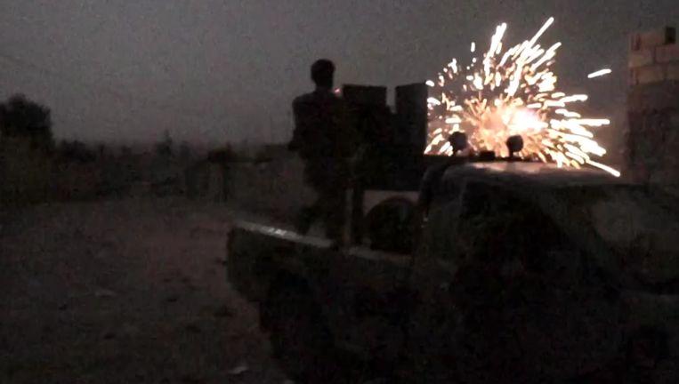 Een Koerdische YPG-strijder geeft van op een afstand ondersteuning aan grondtroepen.