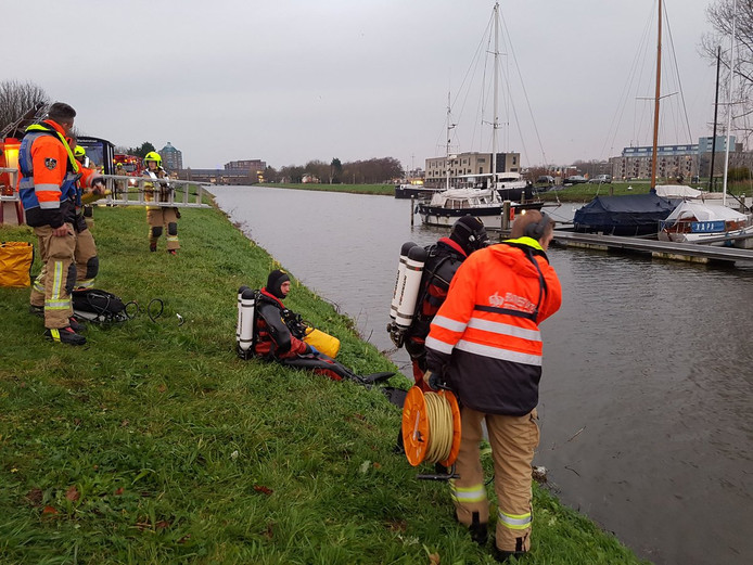 Auto te water aan Kanaalweg in Hellevoetsluis.