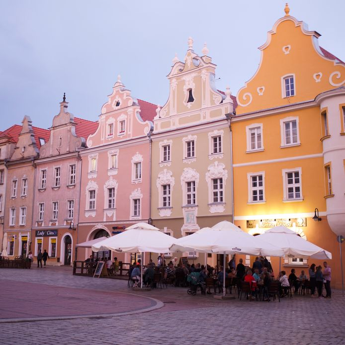 La place du marché (Rynek) d'Opole et ses maisons colorées.