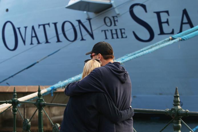 Een koppel omhelst elkaar bij aankomst van de Ovation of the seas