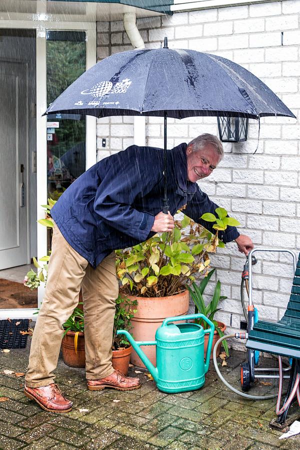 Evert Lammers uit Laren becijferde dat hij zeventig regentonnen nodig zou hebben om zijn dak af te koppelen van het riool