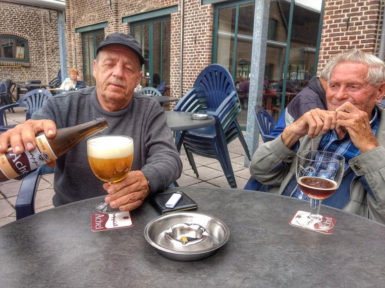 Carlo (links) schenkt nog een Achelse blonde in, Jack kijkt geamuseerd toe.