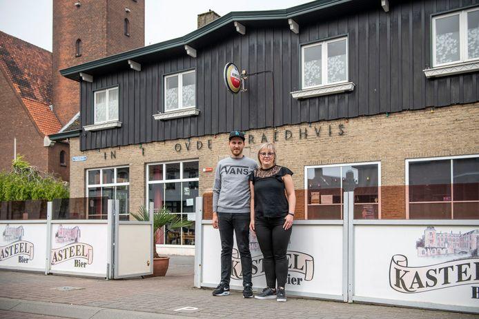 Sofia Rogiers (rechts) en haar vriend Pieter Van den Bosche vlak na de overname van café 't Oude Raedhuis in Westdorpe april vorig jaar.