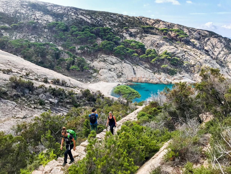 Het blauwe water van de baai Cala Maestra, waar de eerste koning van Italië zijn huwelijksreis doorbracht. Beeld null