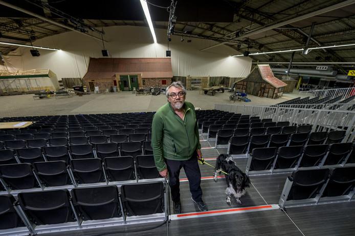 """Guus van Geffen met zijn hond Moos in Hangar 11: """"Ik heb nog nooit zo groot gebouwd."""""""