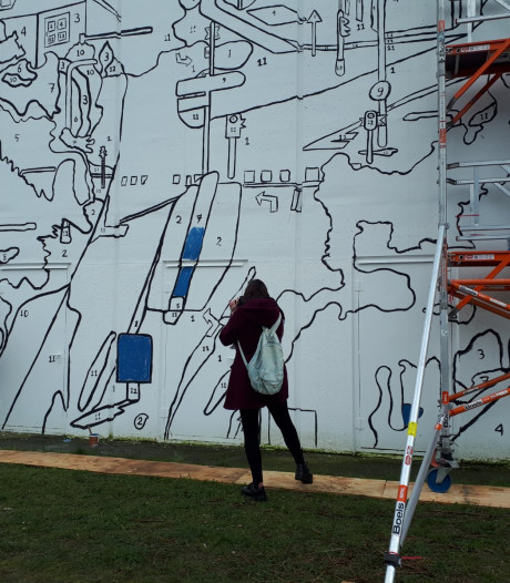Isis (8) zorgt ervoor dat muurschildering kleur krijgt