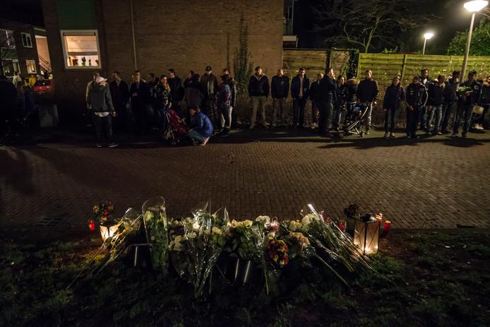 Een tijdelijk monument van bloemen en licht op de plek waar Joey Moest werd doodgeschoten in 2014