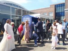 Bruidspaar levert spijkerbroeken in na trouwen in Elst