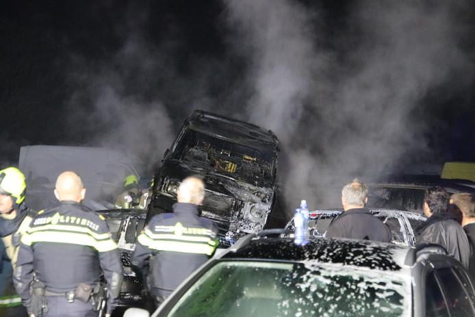 Bij de brand kwam veel rook vrij. Dertig auto's brandden uit.
