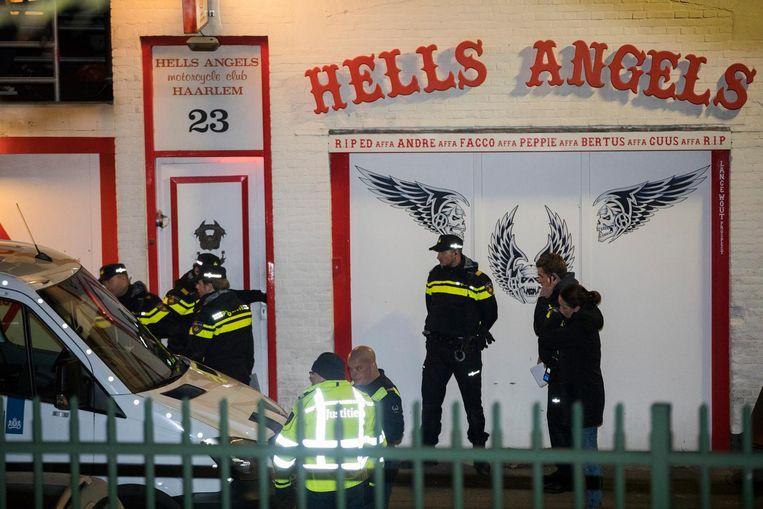 De politie doet een inval in het clubhuis van de motorclub Hells Angels in Haarlem, eerder dit jaar Beeld anp