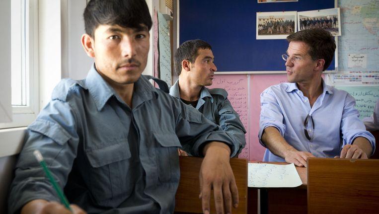 Minister-president Mark Rutte in een klas met Afghaanse agenten in opleiding tijdens zijn bezoek aan de Police Training Group. Beeld ANP