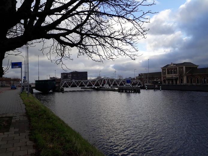 De Stationsbrug in Middelburg, met rechts het station.
