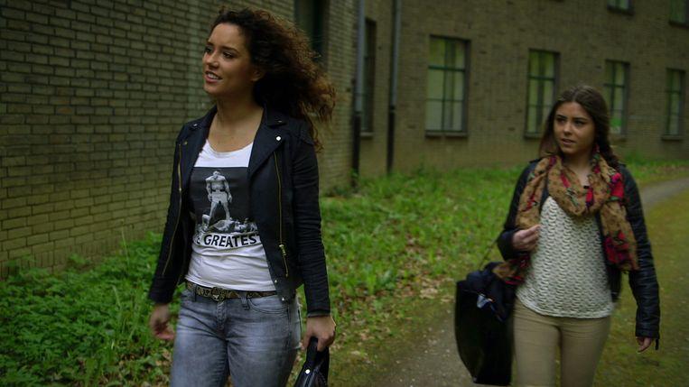Uit Asielzoeka's: de zusjes Armina en Marela op bezoek in hun asielzoekerscentrum Sweikhuizen. Beeld .