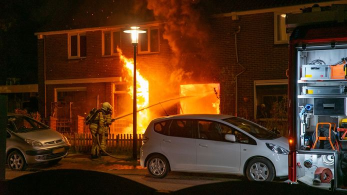 Een tussenwoning aan de Scheldestraat in Deventer brandde in de nacht van zaterdag op zondag volledig uit.