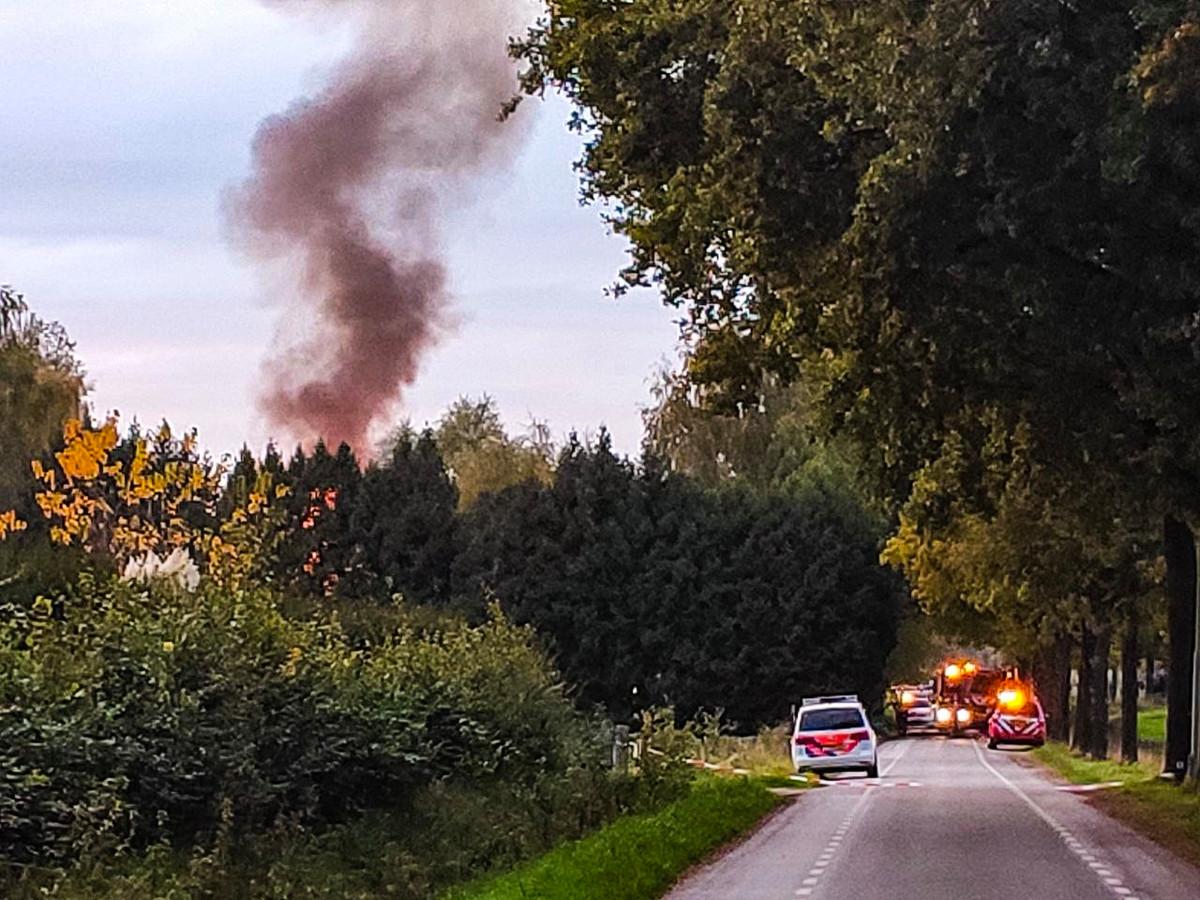 Aan de Laarseweg in Vaassen woedt een forse woningbrand