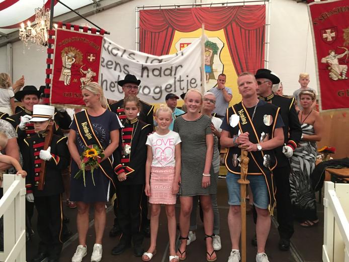 De nieuwe schutterskoning en koningin van Gendt: Niels Sparnaaij met zijn vrouw Marianne en zijn gezin.