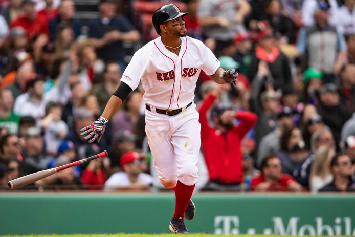 Xander Bogaerts slaat met zijn homerum drie punten binnen voor de Red Sox.
