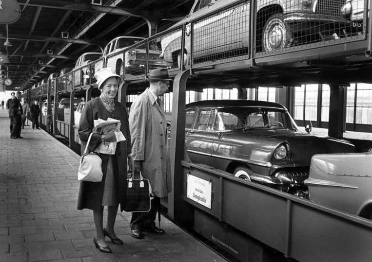 Burgemeester Gijs van Hall en zijn echtgenote op het perron van het Amstelstation in 1961, vlak voor het vertrek van de autoslaaptrein, die hen naar hun valantiebestemming het Italiaanse Domodossola zal brengen. Beeld ANP Historisch Archief