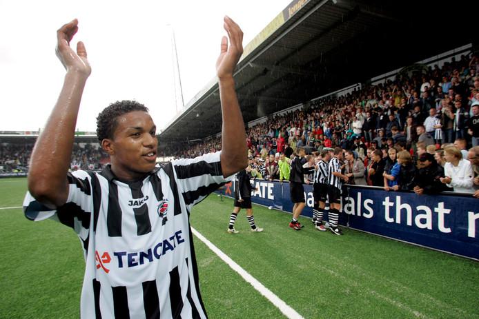Diego Biseswar bedankt het publiek na de ruime zege op FC Twente.