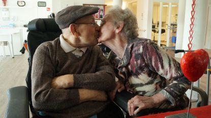 """Op liefde staat geen leeftijd, rusthuis Ter Linde legt oudste koppel in de watten: """"Misschien dat hij nu wel af en toe eens naar de verpleegstertjes kijkt, maar als je 72 jaar getrouwd bent, doe je daar niet zo moeilijk meer over"""""""