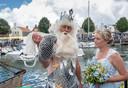 Neptunus (met nieuwe kroon) overhandigde vorig jaar de eerste mosselen van het nieuwe seizoen aan mosselprinses Evelien de Ruijter.