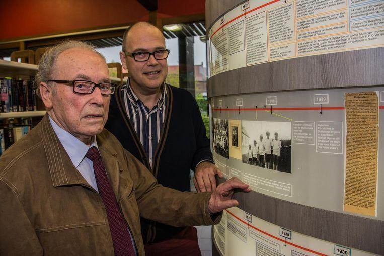 Marcel en zijn zoon Yves bij De Cilinder in de bib van Geluwe. Op die zuil wordt de levensloop van Marcel en zijn twee broers weergegeven.