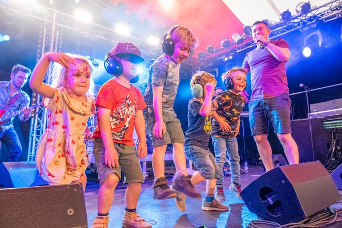 Jeugdig enthousiasme tijdens het optreden van Bas de Meijer bij Anywave