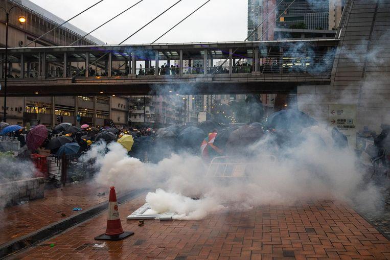 Het kwam tot schermutselingen tussen de politie en betogers in Hongkong. De politie reageerde onder ander met traangas en waterkanonnen op de demonstranten.