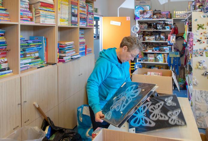 Een medewerker van Speelgoedbank is na Sinterklaasdrukte alweer bezig met het sorteren van speelgoed voor volgend jaar.