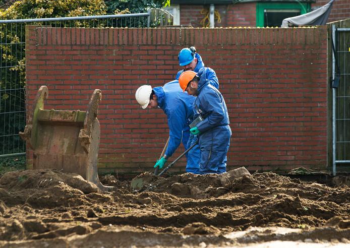 Met een metaaldetector wordt de grond onderzocht in Dinxperlo. Vervolgens wordt de grond afgegraven. Foto: Theo Kock