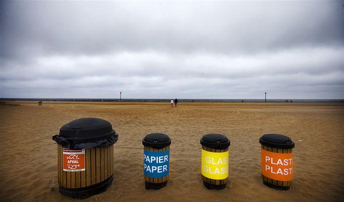 Nergens in Nederland wordt afval beter gerecycled dan in Zeeland. Deze Scheveningse afvalcontainers zouden op de Zeeuwse stranden niet misstaan.