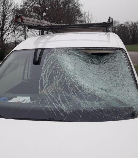 Stuk ijs vernietigt ruit van rijdende auto in Haarle