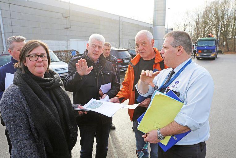 Burgemeester Walter De Donder (centraal) overlegt ter plaatse met politie, brandweer en medewerkers van het Rode Kruis. Aan de Bellekouterhal (r.) worden zaterdag zo'n zesduizend bezoekers verwacht.
