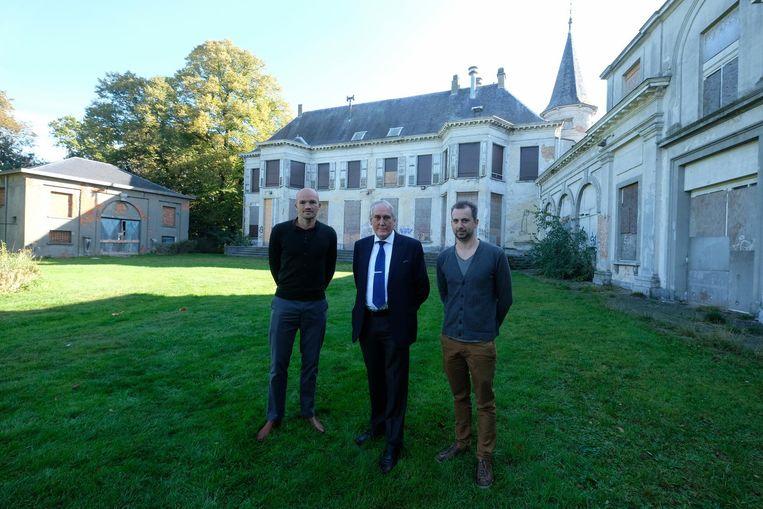 Peter Wils, Luc Bungeneers en Koen Aertgeerts bij het te renoveren kasteel.