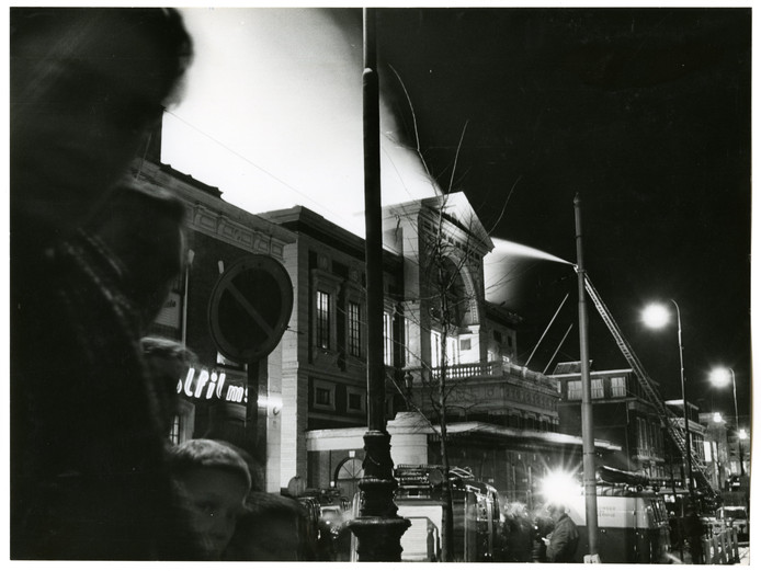 Het Gebouw voor Kunsten en Wetenschappen gaat in 1964 in vlammen op.