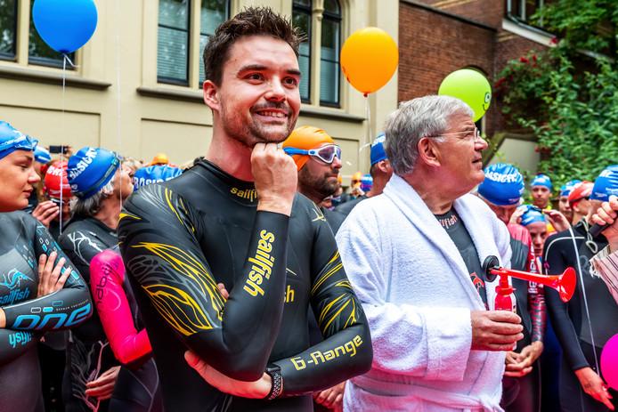 Dj Domien Verschuuren van Qmusic en burgemeester Jan van Zanen  deden mee aan de SingelSwim.