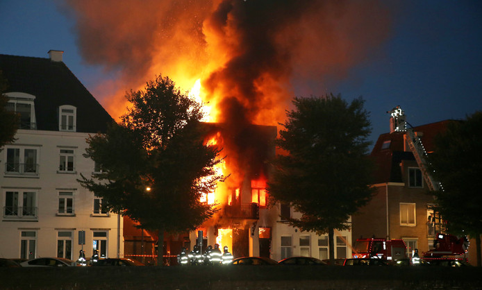 Met onder meer een hoogwerker probeert de brandweer de huizenhoge vlammen te bestrijden. Foto Bart Meesters/Multi Media Zeer grote brand aan de Westwal in Den Bosch