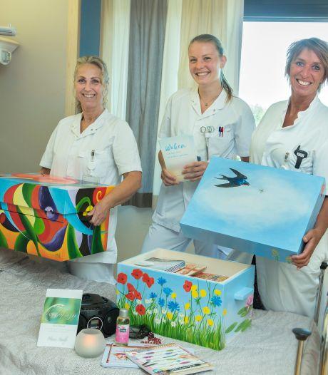 Van huidolie tot muziek, familieleden die waken in Gelre ziekenhuizen krijgen een waakkoffer