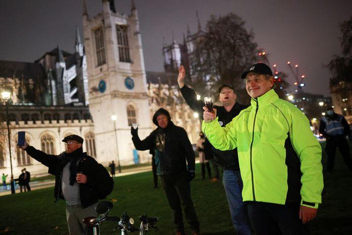 Mensen op Parliament Square in Londen vieren dat het VK officieel de EU verlaat.