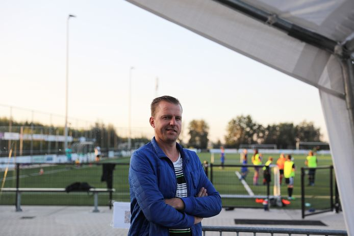 Voorzitter Mark Vonk - hier in de speciaal neergezette tent - over de veiligheid bij zijn club SV Noordeloos: ,,We hebben op ons complex alle denkbare maatregelen genomen.''