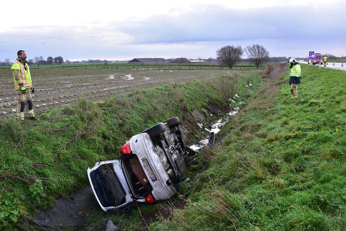 De Volkswagen Polo belandde in een diepe gracht langs de A19 in Beselare.