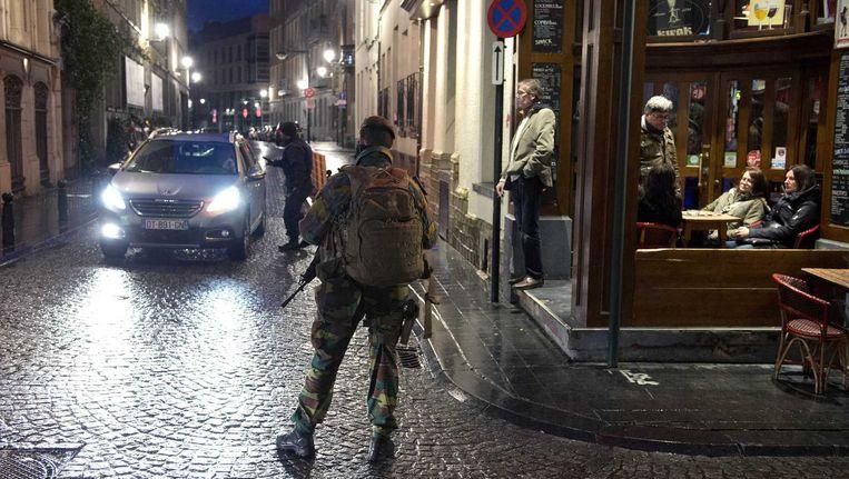 Zwaarbewapende militairen bij het standbeeld van Manneken Pis in het centrum van Brussel Beeld anp