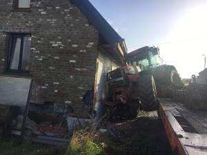 """Werken aan woning bijna klaar, en dan botst tractor tegen gevel: """"Verhuis met eindejaar zal niet meer lukken"""""""
