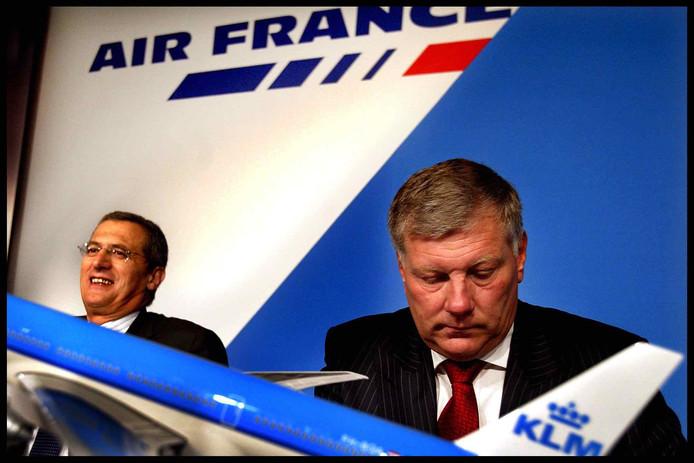 Jean-Cyril Spinetta (links) en Leo van Wijk maken hier in 2003 de fusie tussen Air France en KLM bekend.