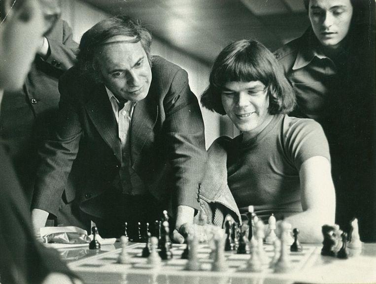 Gert Ligterink: 'Deze foto is genomen op 5 juni 1978 tijdens een toernooi in Jurmala, het Scheveningen van Riga. Ik ben de jongeman met de lange haren, die zojuist heeft verloren van de Let Lanka. Naast mij bestudeert de door iedereen geliefde oud-wereldkampioen Michail Tal, een van mijn jeugdhelden, de stelling.' Beeld