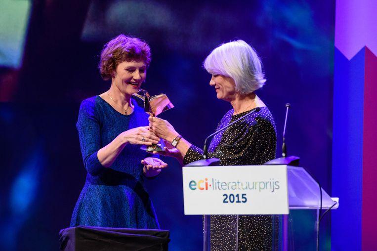 Redacteur Anita Roeland ontvangt namens Jeroen Brouwers de ECI Literatuurprijs uit handen van juryvoorzitter Andrée van Es. Beeld Roy Beusker / ECI
